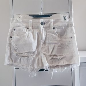 AMERICAN EAGLE | WHITE HIGH RISE DISTRESSED SHORTS